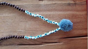 Image de collier en bois avec pompon